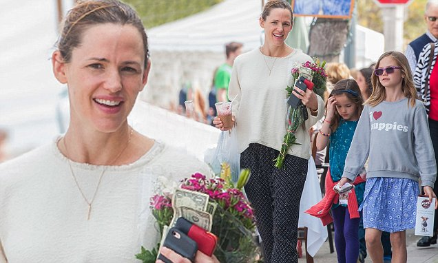 Jennifer Garner goes casual at the farmer's market with her children